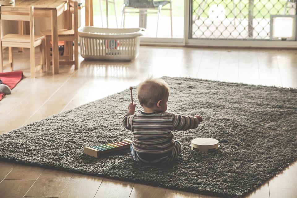 Bébé qui joue aux instruments de musique dans le salon