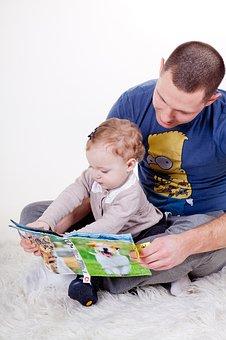 Nounou homme qui lit un livre à bébé