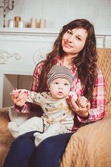 Nounou avec bébé sur les genoux dans fauteuil
