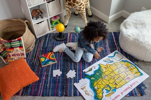 Enfants qui fait un puzzle seul dans sa chambre