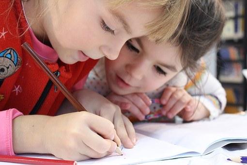 Deux enfants qui travaillent ensemble à l'école