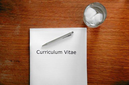 Table avec CV et verre d'eau