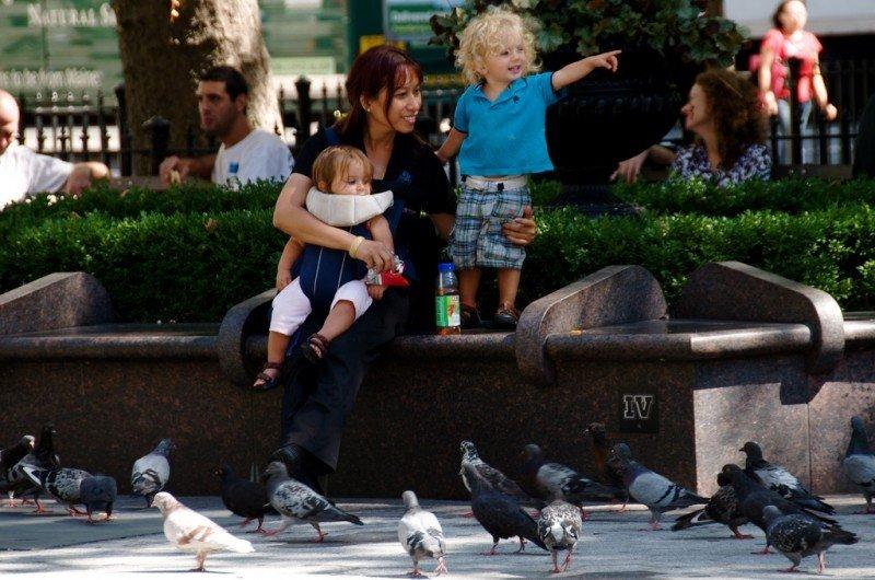 Nounou au square avec deux enfants