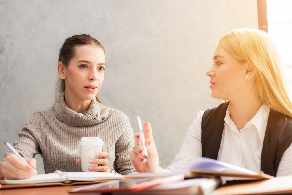 2 pro qui discutent des conditions de travail