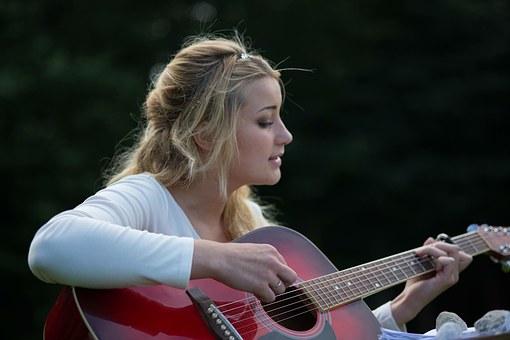 Jeune fille qui joue de la guitare