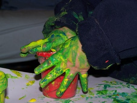 Mains de bébé avec peinture