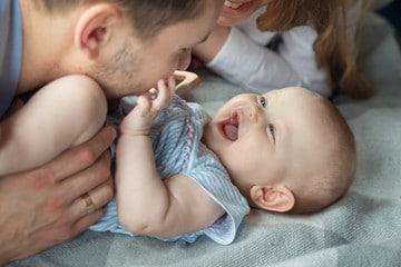 Papa qui fait des papouilles à bébé