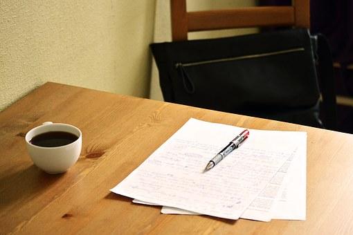 Table avec dossier et café