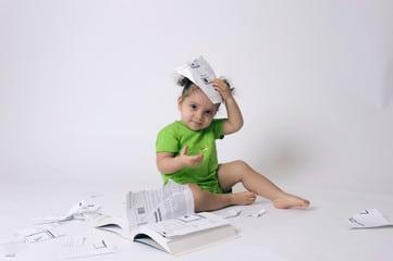 Petite fille qui déchire les pages d'un livre