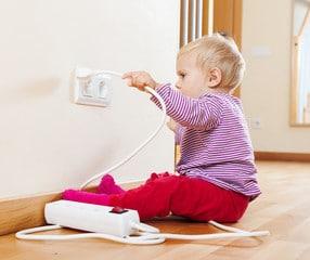 Bébé qui joue avec une multiprise