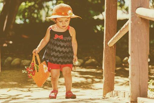 Petite fille marche au parc en été auntonome
