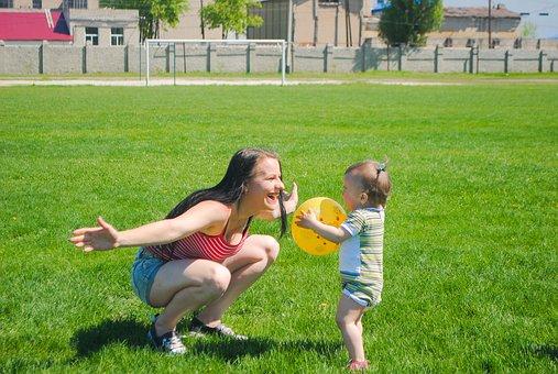 Educatrice et bébé au jardin sourire liberté