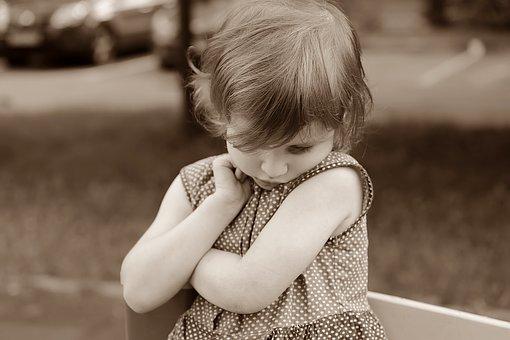 Petite fille qui boude