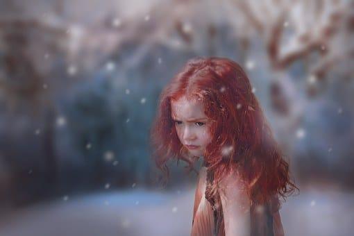 Petite fille rousse sous la neige