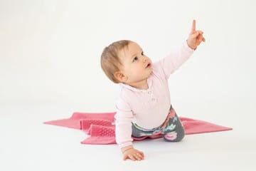 Bébé pointe du doigt