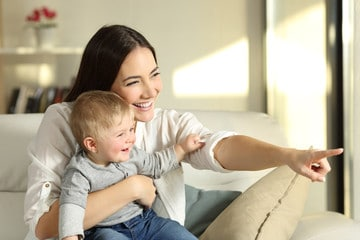 Maman montre à bébé