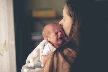 Maman porte bébé qui pleure