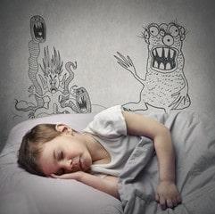 Garçon qui rêve de monstres la nuit