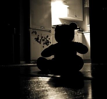 Nounours dans maison sombre