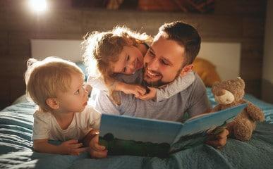 Papa est ses deux enfants lecture du soir